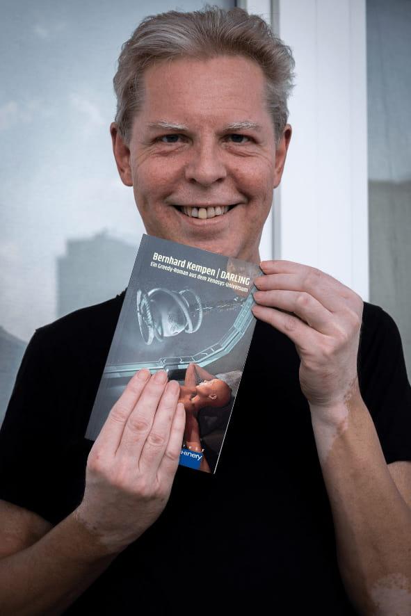 Bernhard Kempen mit dem neuen Roman (Juni 2021)